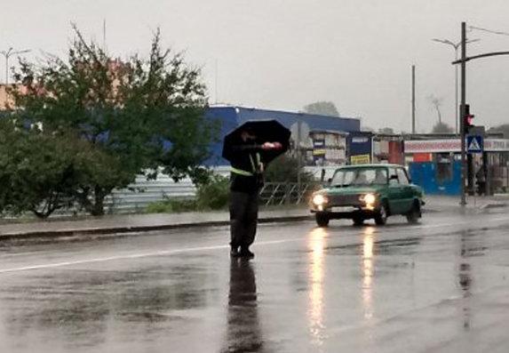 Несповна розуму чоловік у Дубні керував рухом автомобілів на світлофорі (ФОТО), фото-1