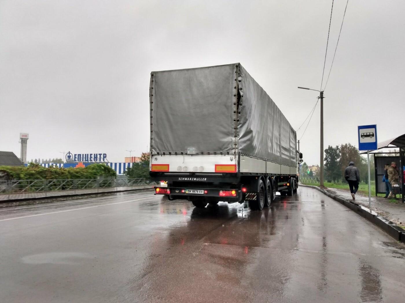 Несповна розуму чоловік у Дубні керував рухом автомобілів на світлофорі (ФОТО), фото-3