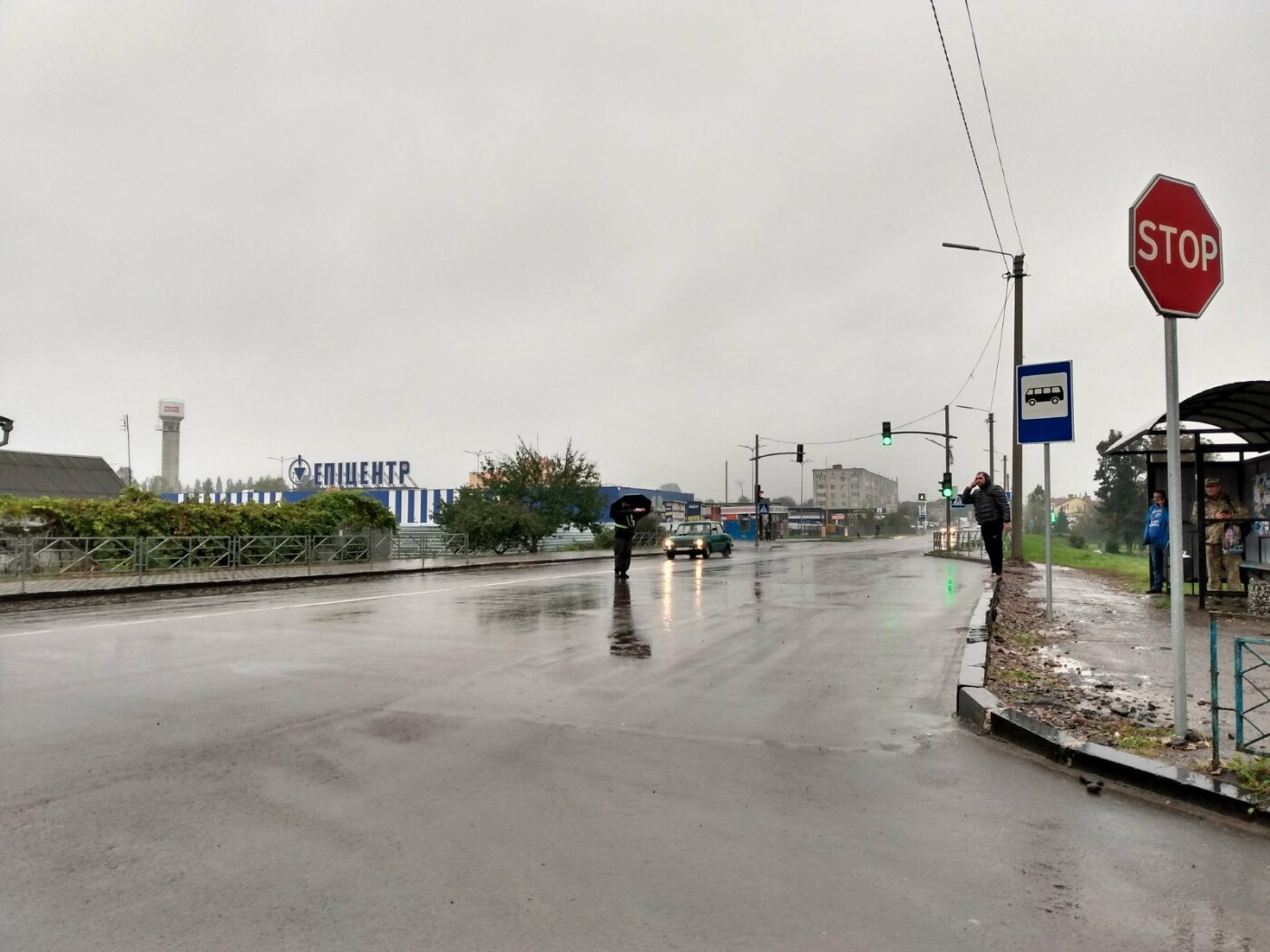 Несповна розуму чоловік у Дубні керував рухом автомобілів на світлофорі (ФОТО), фото-2