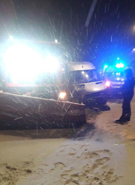 На автодорозі «Київ-Чоп» зіткнулися маршрутка та снігоочисна машина (ФОТО), фото-1