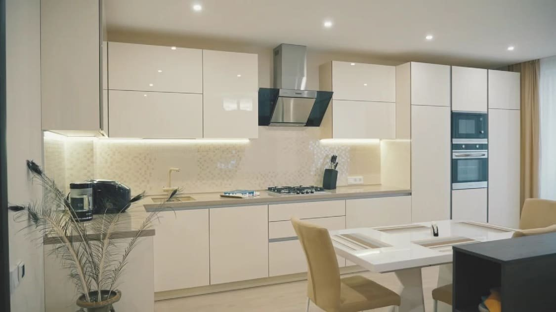 Кухня без ручок до стелі – модний гарнітур із максимумом місця для зберігання, фото-2