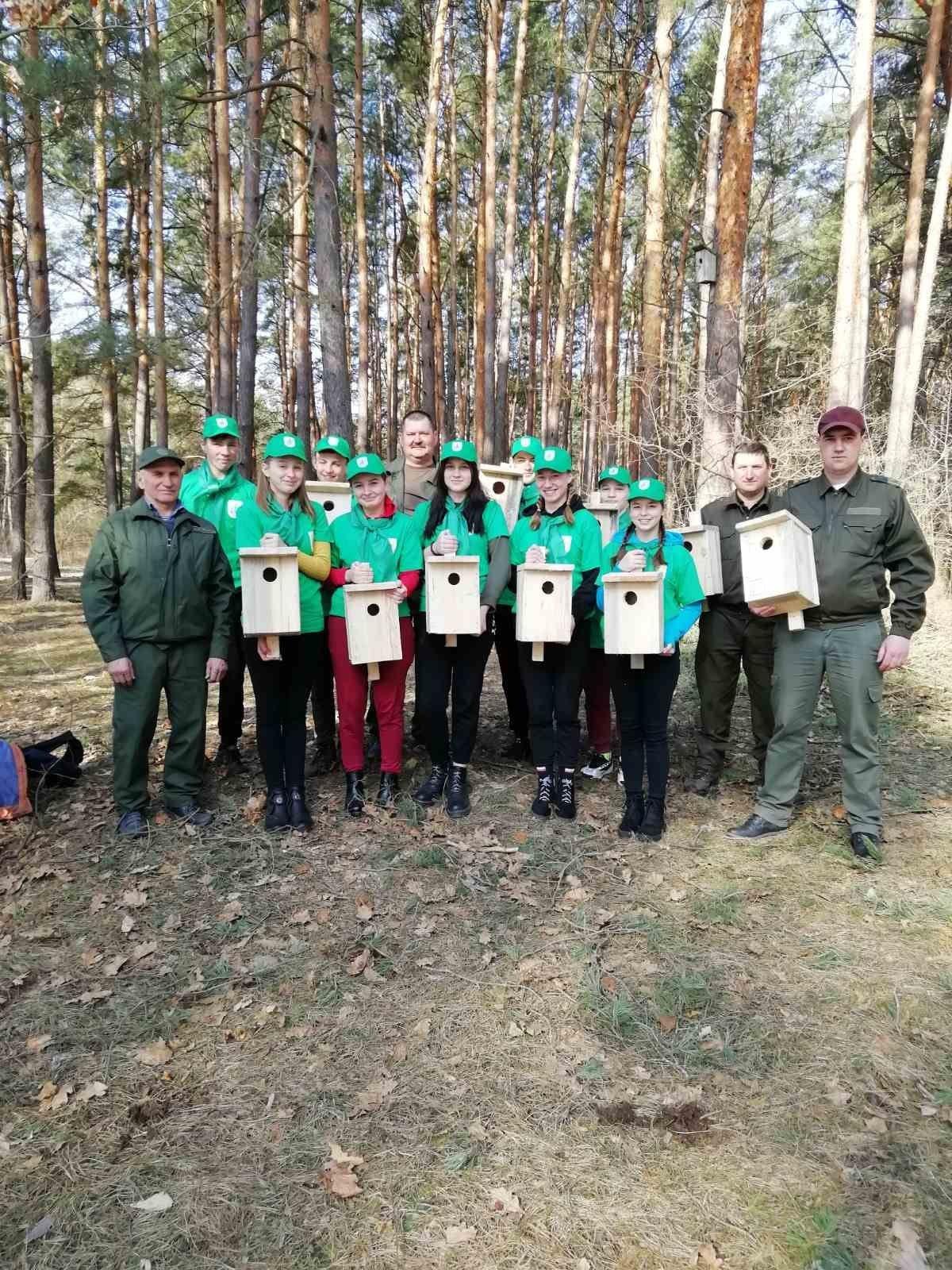 У Костополі лісівники разом з учнями зробили для птахів шпаківні (ФОТО), фото-1