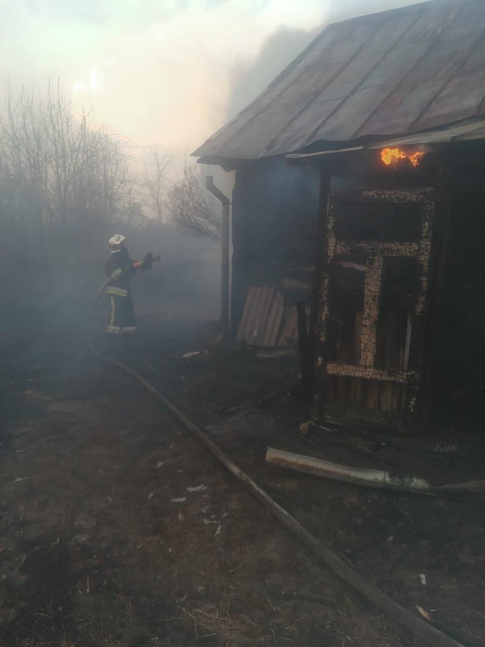 У селі на Рівненщині сталася пожежа: спалахнув сарай, після чого вогонь перекинувся і на сусідній будинок (ФОТО), фото-1