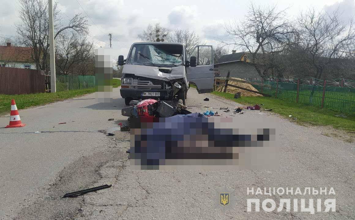 У Вараському районі нетверезий водій мікроавтобуса спричинив ДТП зі скутером: пасажирка двоколісного у реанімації, а водій – загинув на місці, фото-1