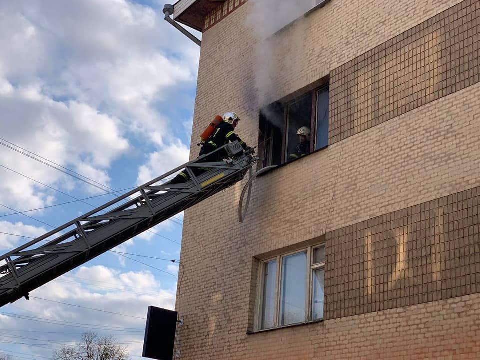 У Рівному в багатоквартирному будинку сталася пожежа: мешканка однієї з квартир вистрибнула з вікна , фото-3