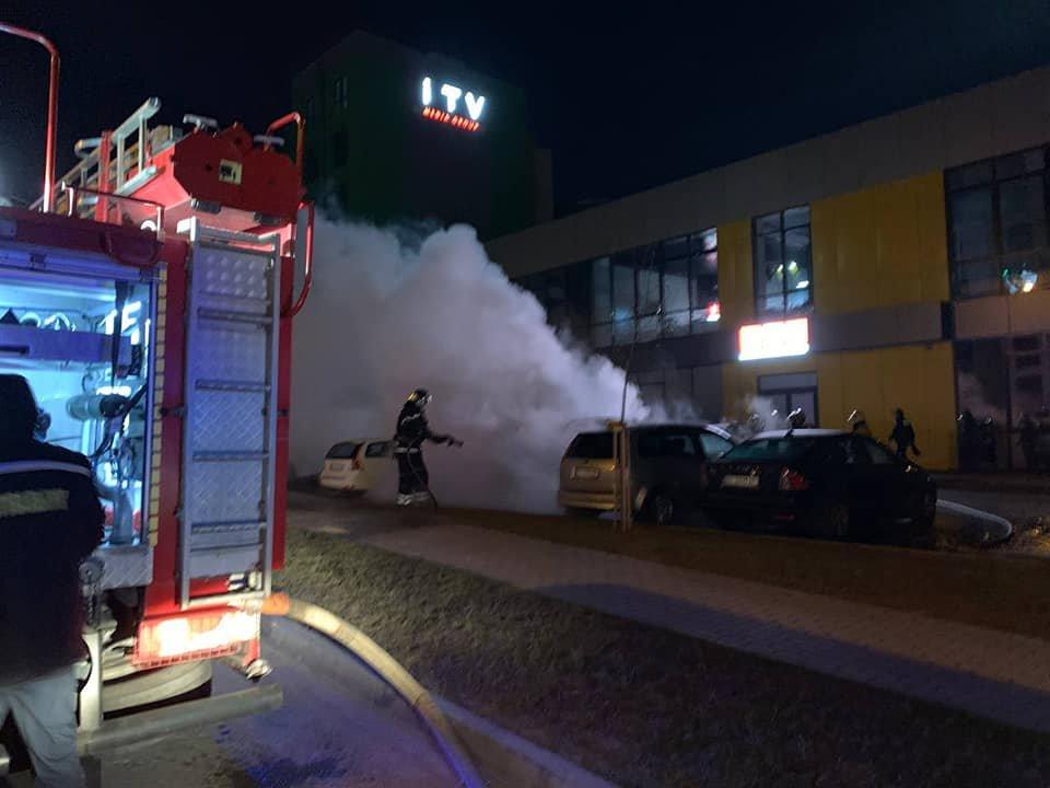 На паркуванні місцевого телеканалу у Рівному спалахнуло авто: вогонь пошкодив і сусідні транспортні засоби (ФОТО) , фото-1
