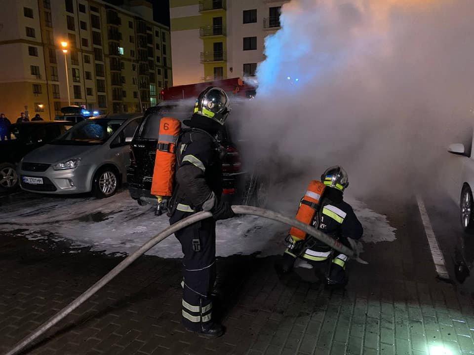 На паркуванні місцевого телеканалу у Рівному спалахнуло авто: вогонь пошкодив і сусідні транспортні засоби (ФОТО) , фото-2