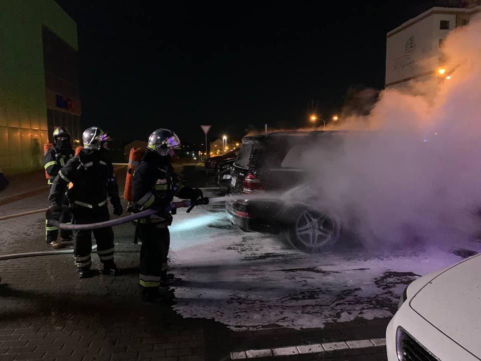 На паркуванні місцевого телеканалу у Рівному спалахнуло авто: вогонь пошкодив і сусідні транспортні засоби (ФОТО) , фото-4