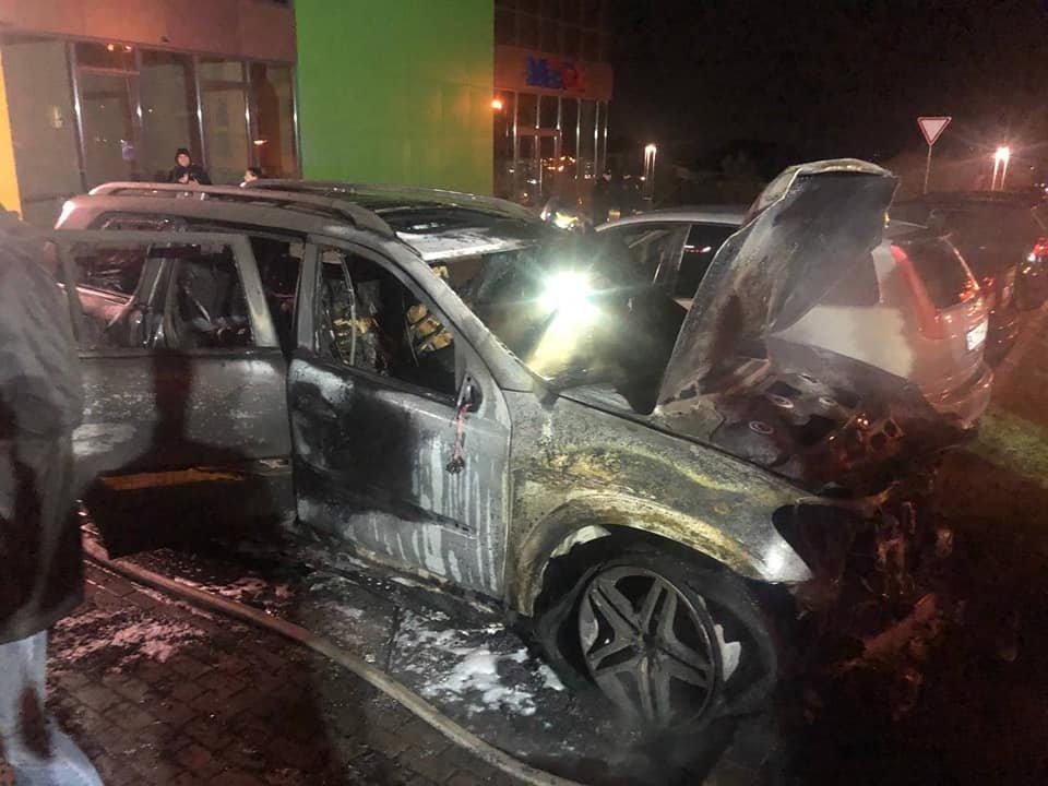 На паркуванні місцевого телеканалу у Рівному спалахнуло авто: вогонь пошкодив і сусідні транспортні засоби (ФОТО) , фото-5