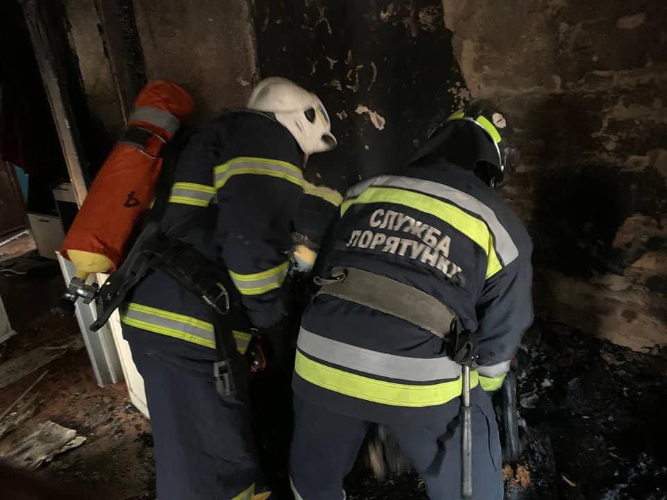 У Рівному в багатоквартирному будинку сталася пожежа: мешканка однієї з квартир вистрибнула з вікна , фото-1