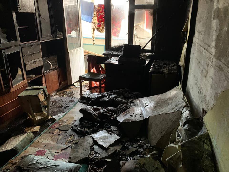 У Рівному в багатоквартирному будинку сталася пожежа: мешканка однієї з квартир вистрибнула з вікна , фото-4
