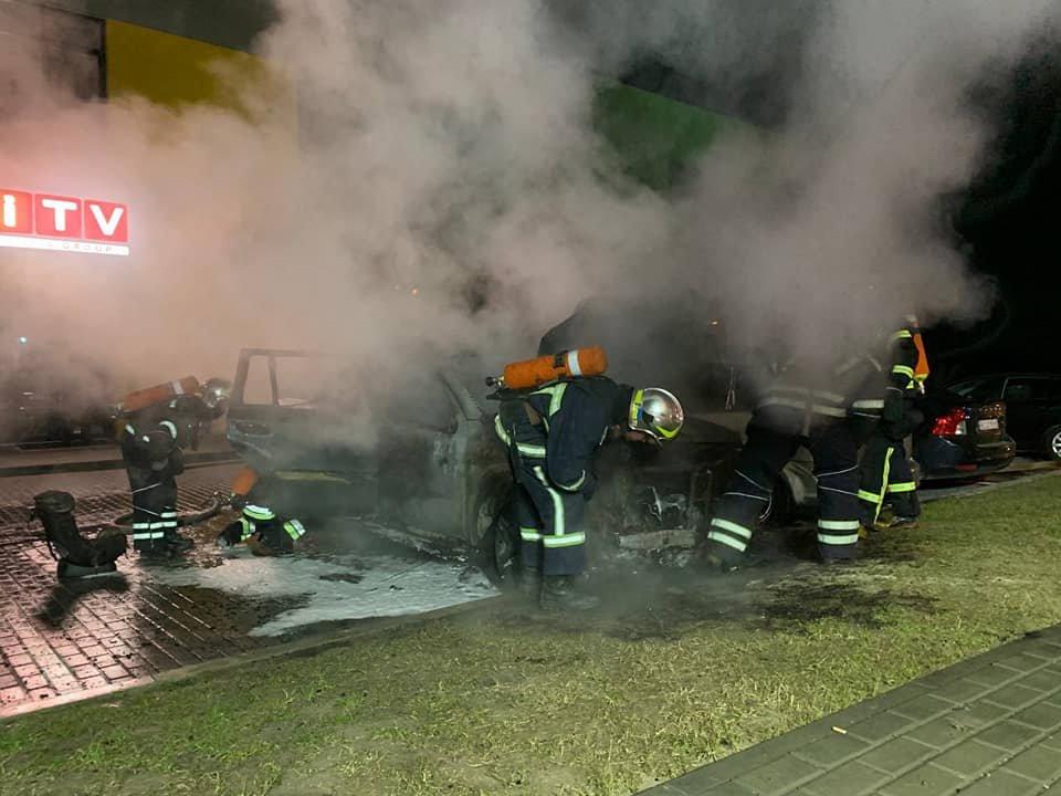 На паркуванні місцевого телеканалу у Рівному спалахнуло авто: вогонь пошкодив і сусідні транспортні засоби (ФОТО) , фото-3
