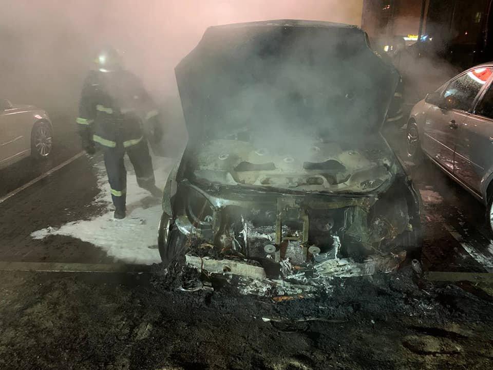 На паркуванні місцевого телеканалу у Рівному спалахнуло авто: вогонь пошкодив і сусідні транспортні засоби (ФОТО) , фото-6