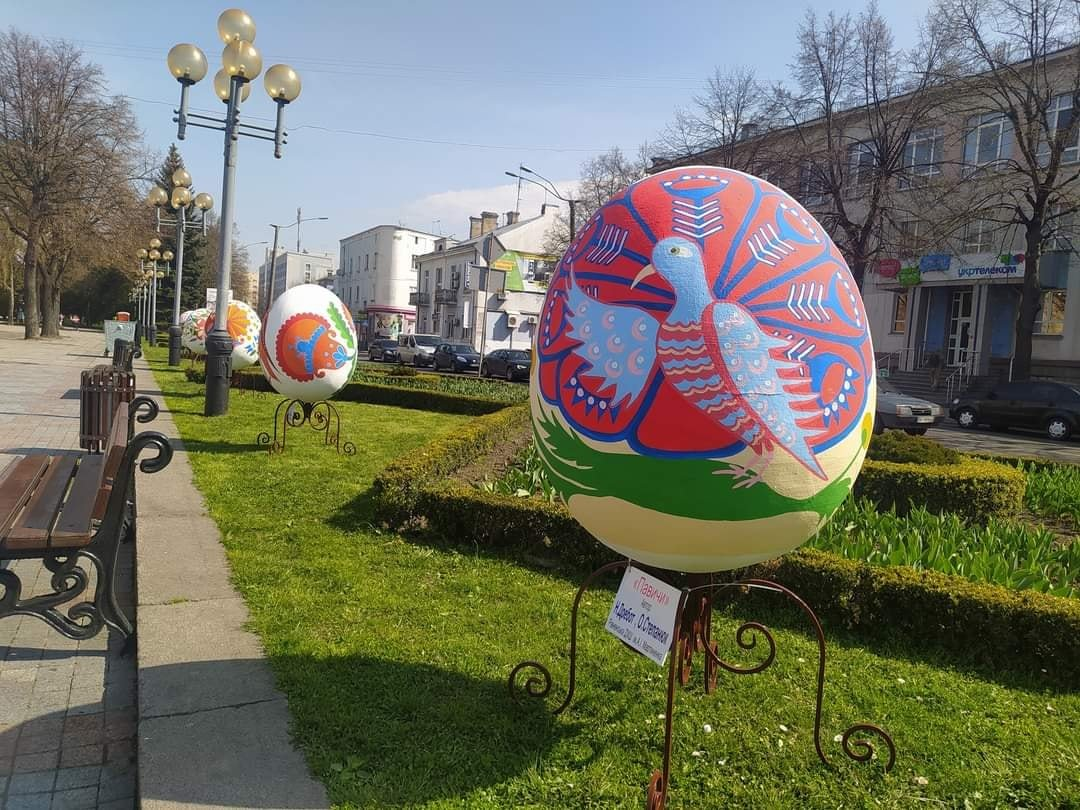 Майдан Незалежності у Рівному прикрашають велетенські писанки: скільки це коштувало місту, фото-4