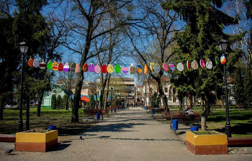 Ще в одному місті на Рівненщині велетенські писанки прикрашають вулиці (ФОТО), фото-4
