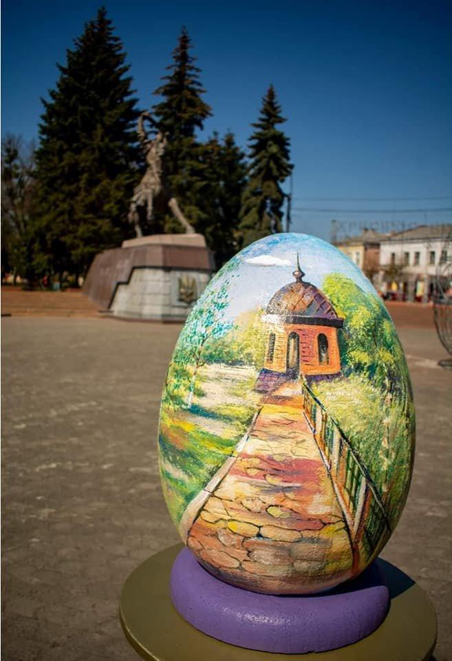 Ще в одному місті на Рівненщині велетенські писанки прикрашають вулиці (ФОТО), фото-2