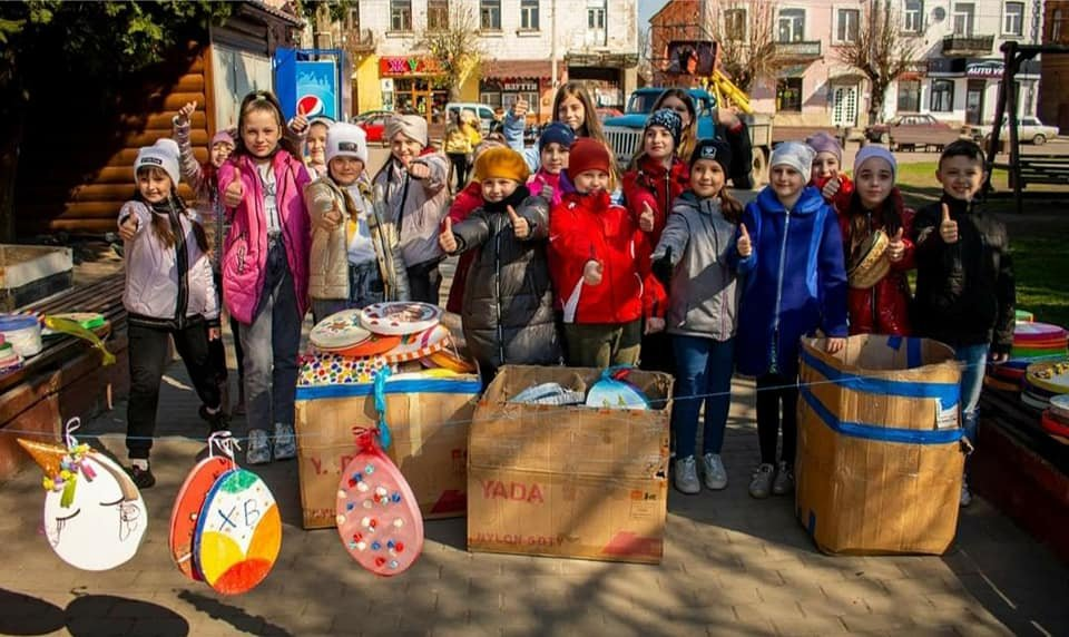 Ще в одному місті на Рівненщині велетенські писанки прикрашають вулиці (ФОТО), фото-1