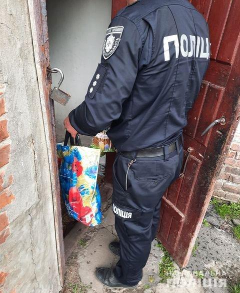 На Рівненщині поліцейські навідалися до громадян зі скрутним становищем, щоб вручити їм подарунки напередодні свят, фото-3