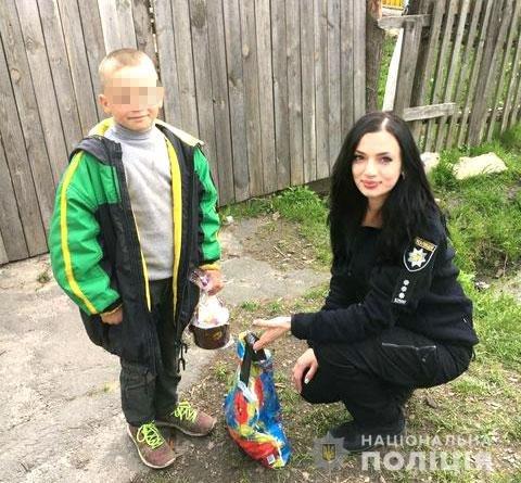 На Рівненщині поліцейські навідалися до громадян зі скрутним становищем, щоб вручити їм подарунки напередодні свят, фото-4