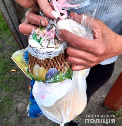 На Рівненщині поліцейські навідалися до громадян зі скрутним становищем, щоб вручити їм подарунки напередодні свят, фото-5