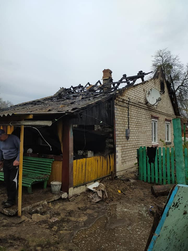 В одному селі на Зарічненщині напередодні Великодня місцеві мешканці залишилися без даху над головою через пожежу, фото-3