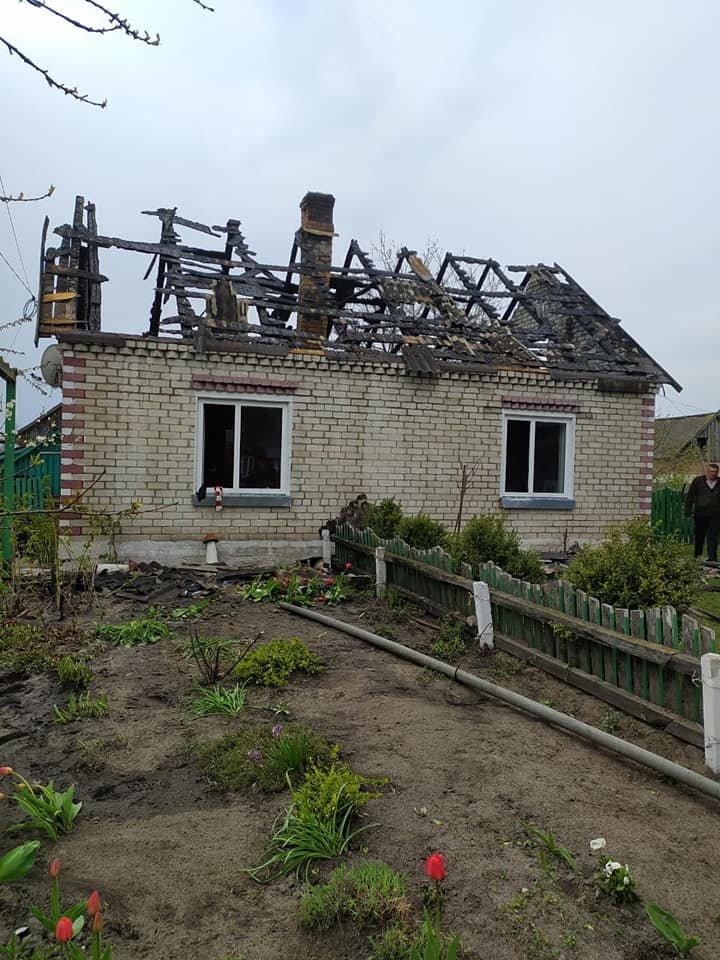 В одному селі на Зарічненщині напередодні Великодня місцеві мешканці залишилися без даху над головою через пожежу, фото-1