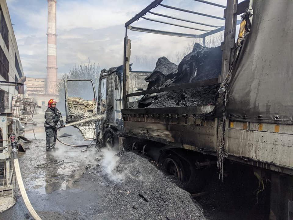 Водій відлучився на кілька хвилин: у Здолбунові спалахнула вантажівка з вугіллям (ФОТО), фото-2