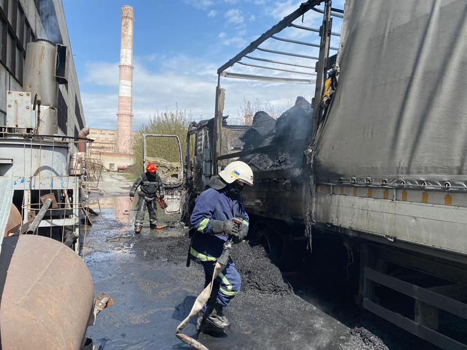 Водій відлучився на кілька хвилин: у Здолбунові спалахнула вантажівка з вугіллям (ФОТО), фото-4