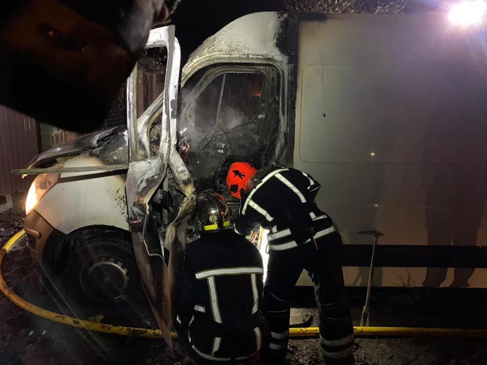 У Рівному вночі загорівся мікроавтобус (ФОТО), фото-1