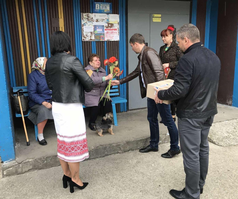 В одному з міст на Рівненщині місцеві депутати напередодні Дня Матері навідалися до сімей, які втратили дітей під час війни, фото-1