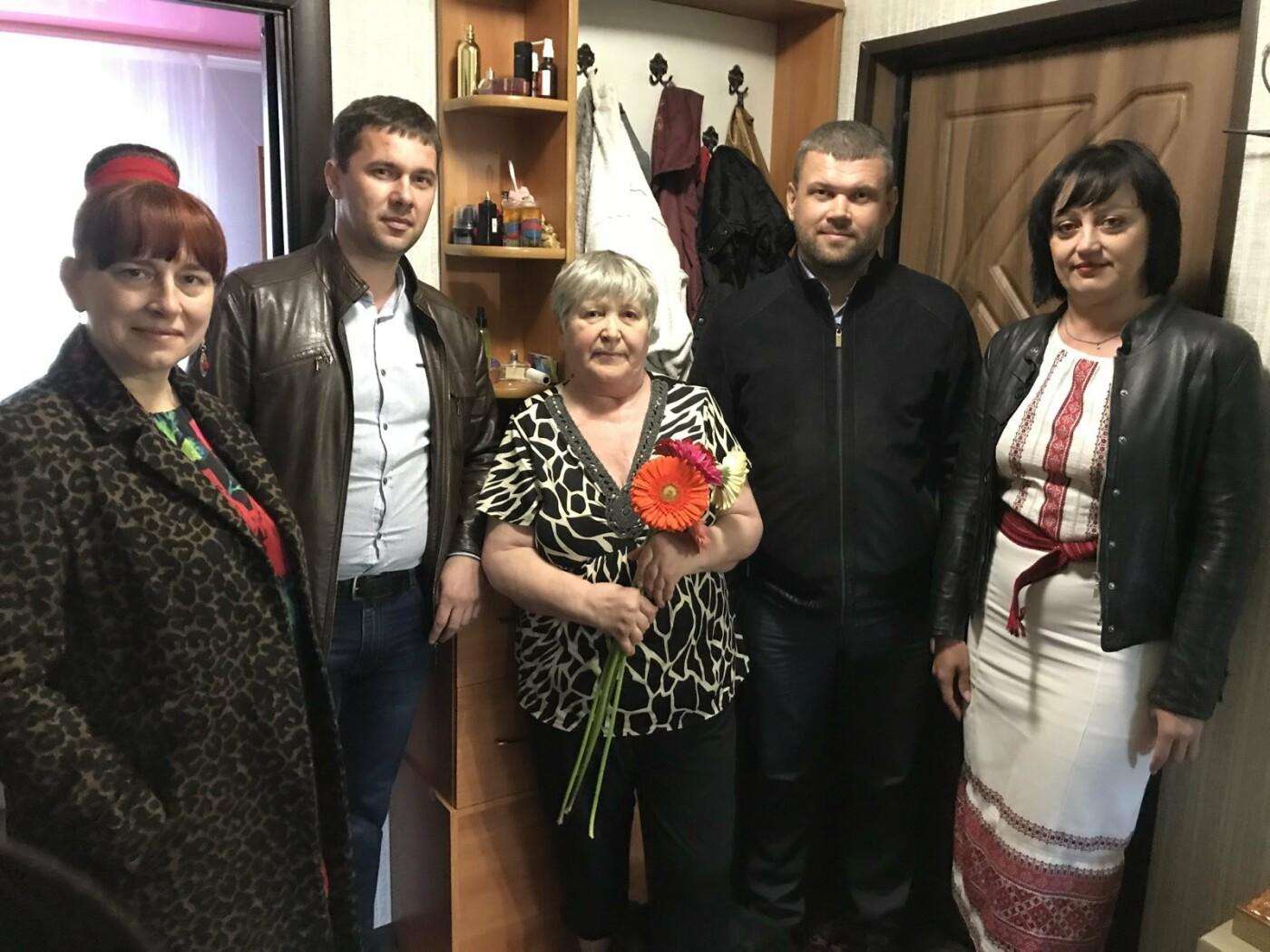 В одному з міст на Рівненщині місцеві депутати напередодні Дня Матері навідалися до сімей, які втратили дітей під час війни, фото-2