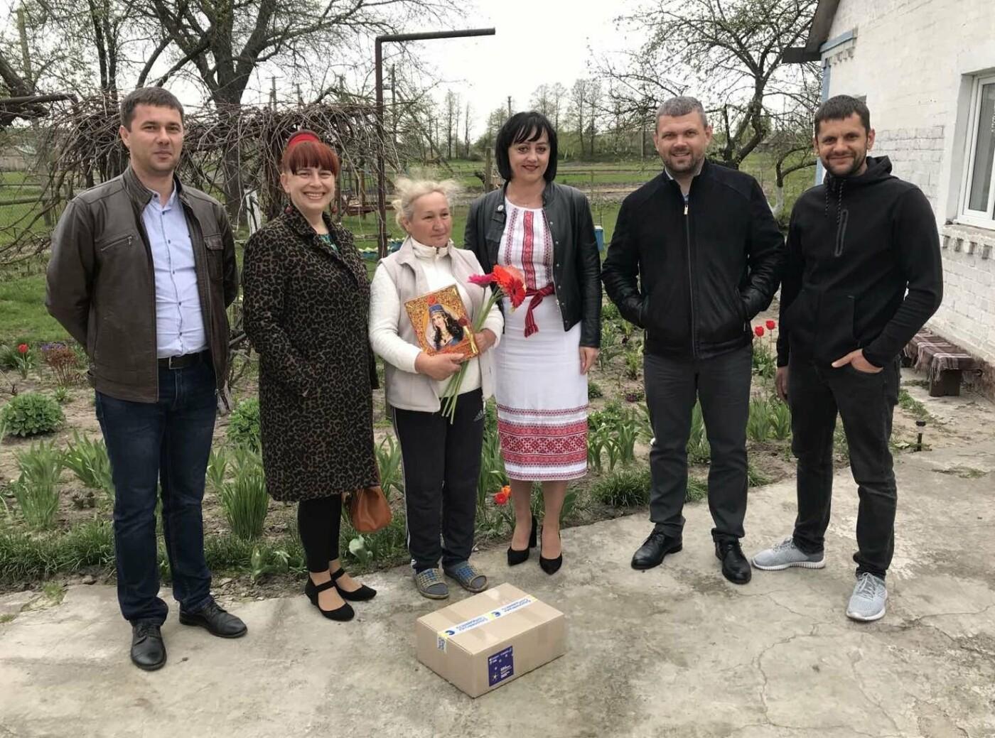 В одному з міст на Рівненщині місцеві депутати напередодні Дня Матері навідалися до сімей, які втратили дітей під час війни, фото-3