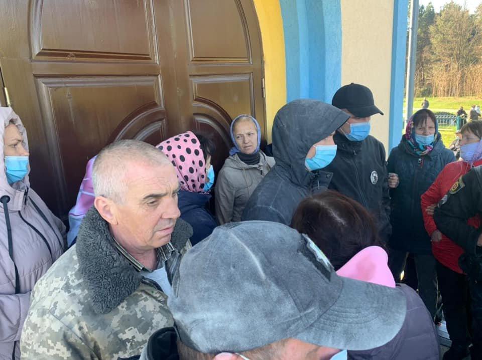 У Вараському районі між релігійними громадами сталася сутичка біля місцевої церкви, фото-2