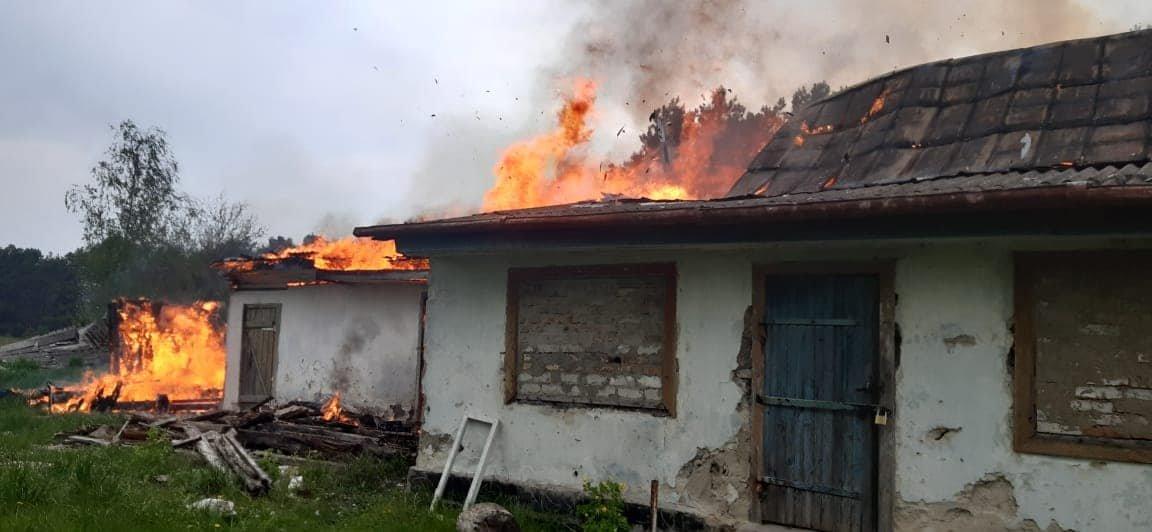 На Березнівщині сталася пожежа: вогонь охопив будинок, в якому ніхто не мешкає (ФОТО), фото-1