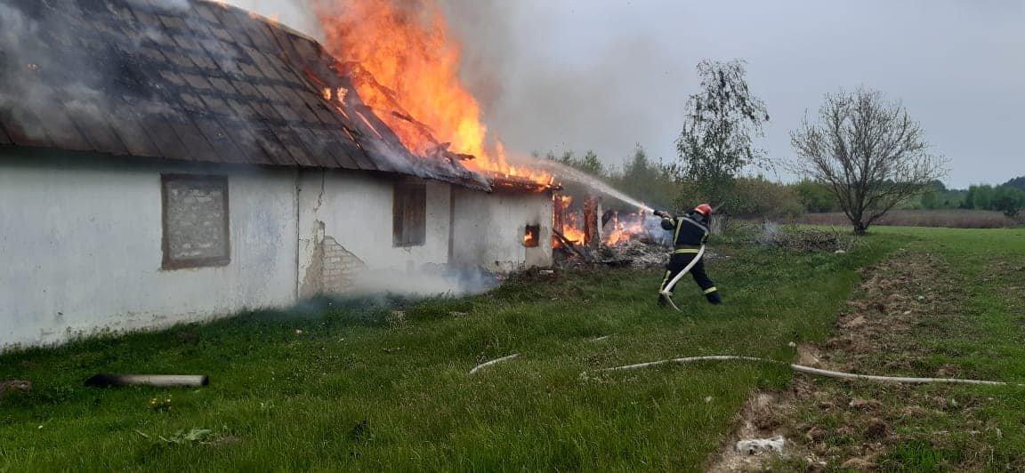 На Березнівщині сталася пожежа: вогонь охопив будинок, в якому ніхто не мешкає (ФОТО), фото-2