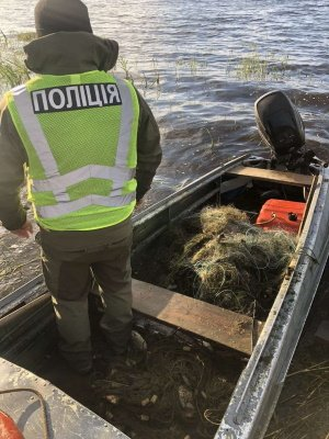Майже кілометр сітки і не тільки: на Хрінницькому водосховищі рибохоронці упіймали мешканців, які ловили рибу забороненими знаряддями, фото-4