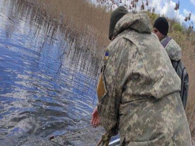Майже кілометр сітки і не тільки: на Хрінницькому водосховищі рибохоронці упіймали мешканців, які ловили рибу забороненими знаряддями, фото-3