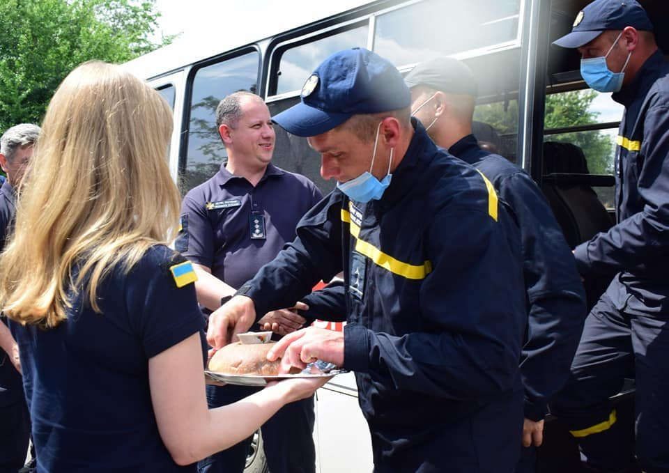 Хліб, сіль та обійми рідних: рівненський загін рятувальників повернувся з Донбасу, фото-6