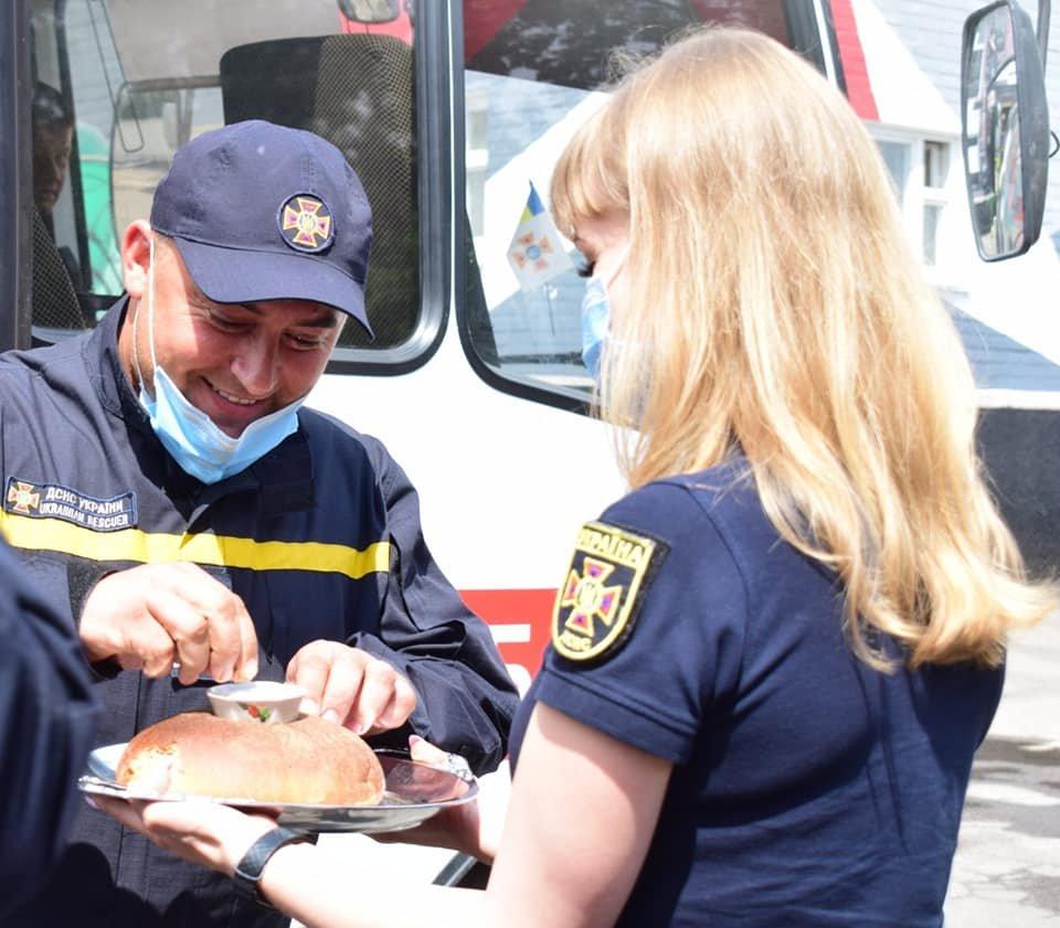 Хліб, сіль та обійми рідних: рівненський загін рятувальників повернувся з Донбасу, фото-1