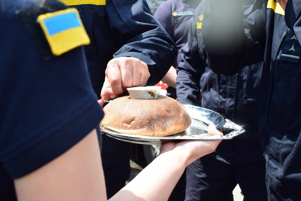 Хліб, сіль та обійми рідних: рівненський загін рятувальників повернувся з Донбасу, фото-3