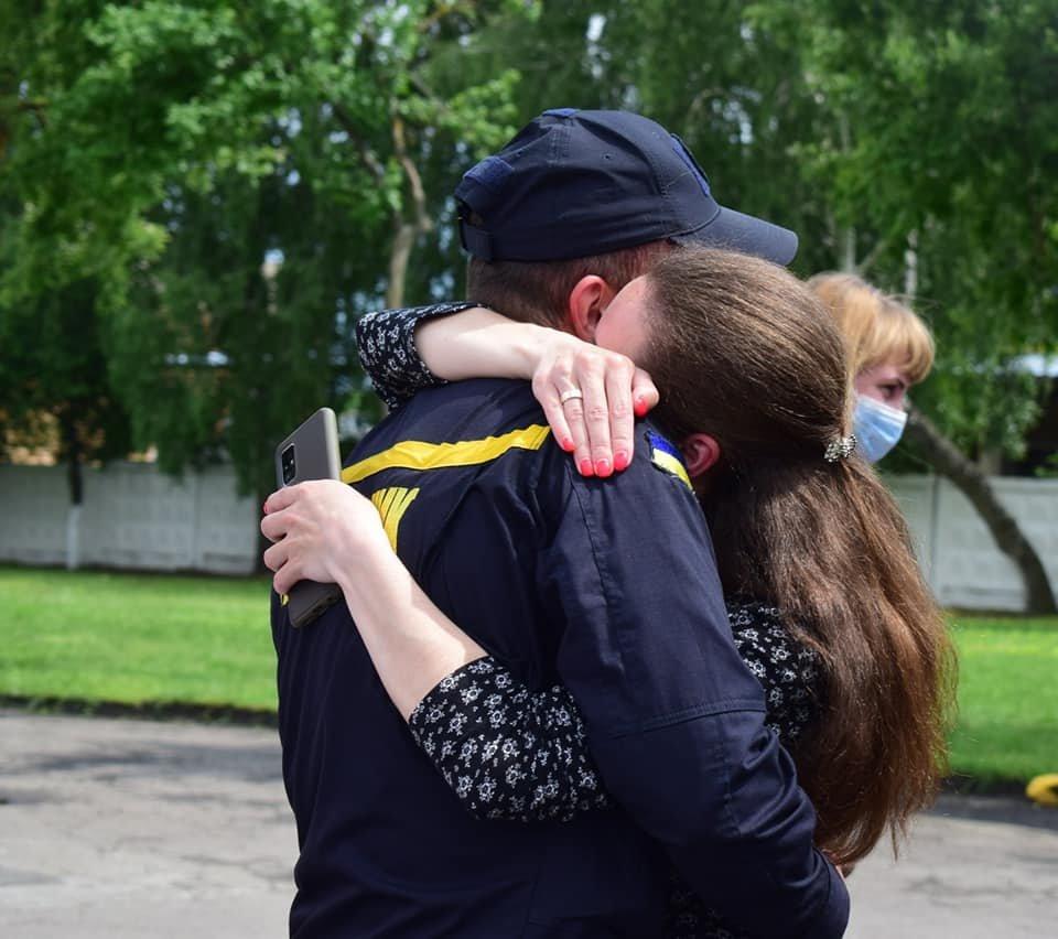 Хліб, сіль та обійми рідних: рівненський загін рятувальників повернувся з Донбасу, фото-4